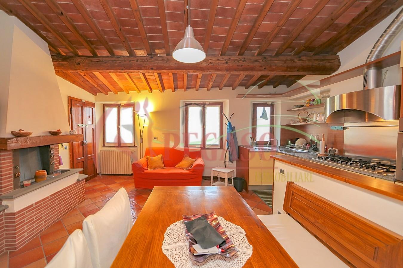 Bellissima mansarda in stile toscano via amendola with for Piani di casa in stile toscano