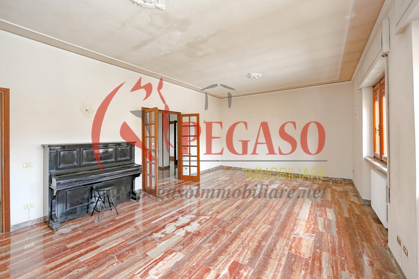 Casa indipendente con grande magazzino garage for Piani di casa con garage indipendente e guest house